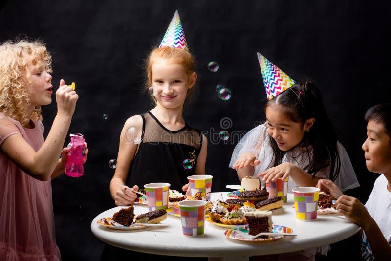 Los niños se están divirtiendo con las burbujas del ssoap el día de fiesta fotos de archivo