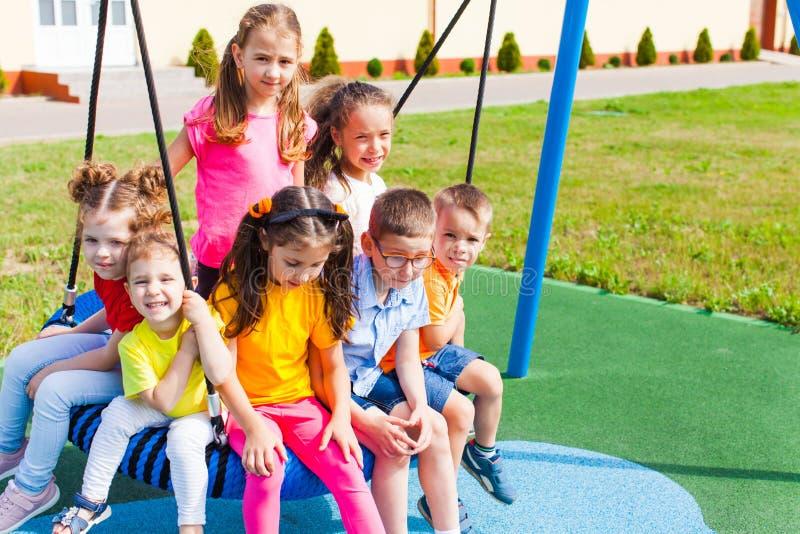 Los niños se sientan reservado al aire libre en el verano fotos de archivo libres de regalías