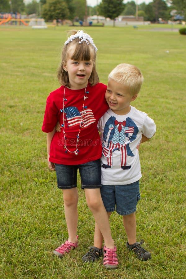 Los niños se vistieron en la ropa americana patriótica para el 4 de julio imagen de archivo