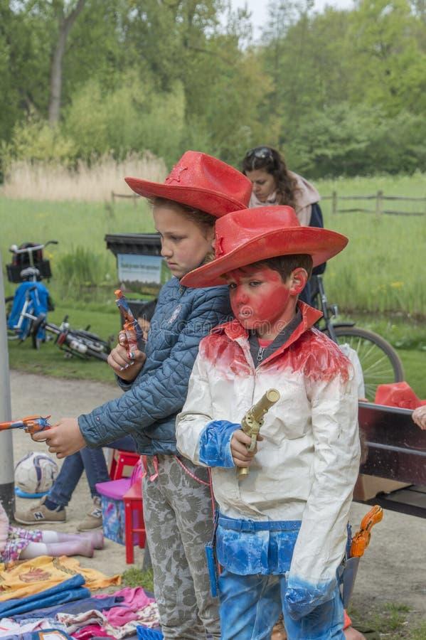 Los niños son estatuas vivas en el Vondelpark en Kingsday Amsterdam el 2018 holandés fotografía de archivo libre de regalías