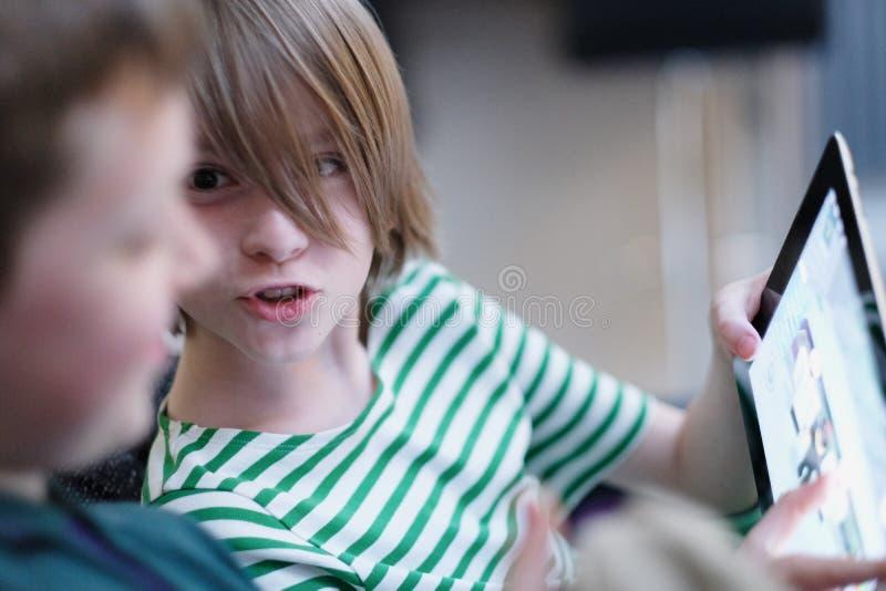 Los niños son felices de discutir el juego fotos de archivo libres de regalías