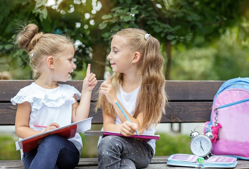 Los niños sonrientes inventan las ideas para dibujar El concepto de escuela, estudio, educación, amistad, niñez fotografía de archivo libre de regalías