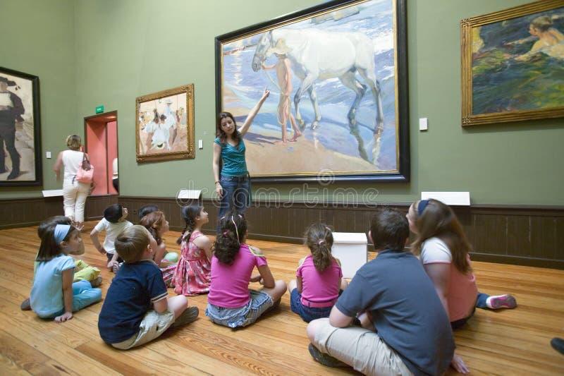 Los niños tienen lección en pinturas al lado del ½ n Sorolla y Bastida (1863-1923) del ¿de Joaquï como se ve en el museo de Sorol fotos de archivo