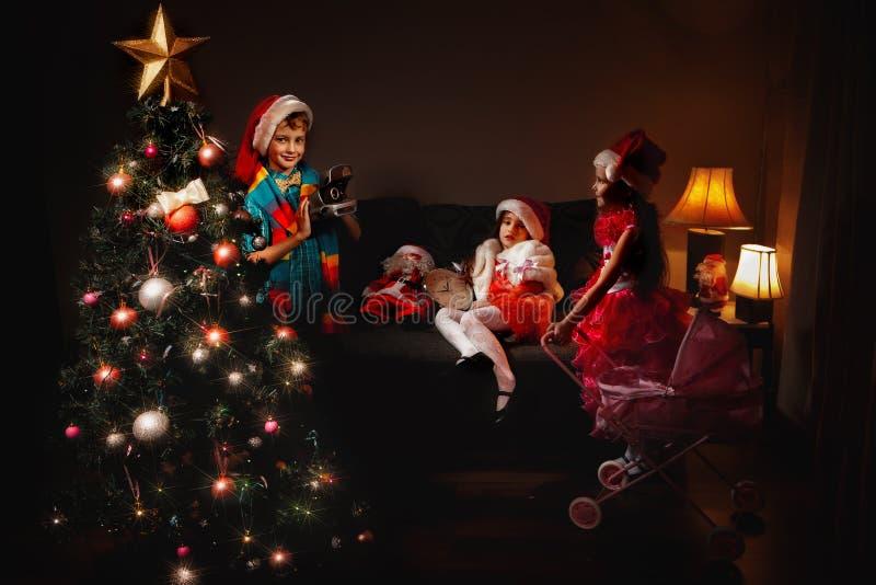 Los niños tienen una Navidad fotografía de archivo
