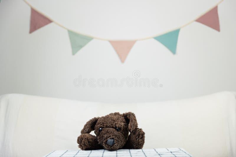 Los niños van de fiesta concepto con el perro de juguete mullido en la tabla rellenado fotos de archivo