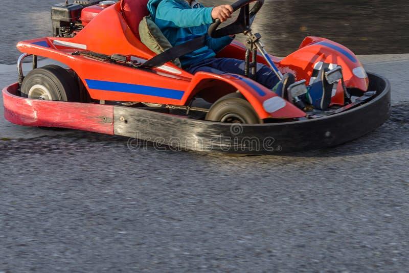 Los niños van para una impulsión en karting fotos de archivo