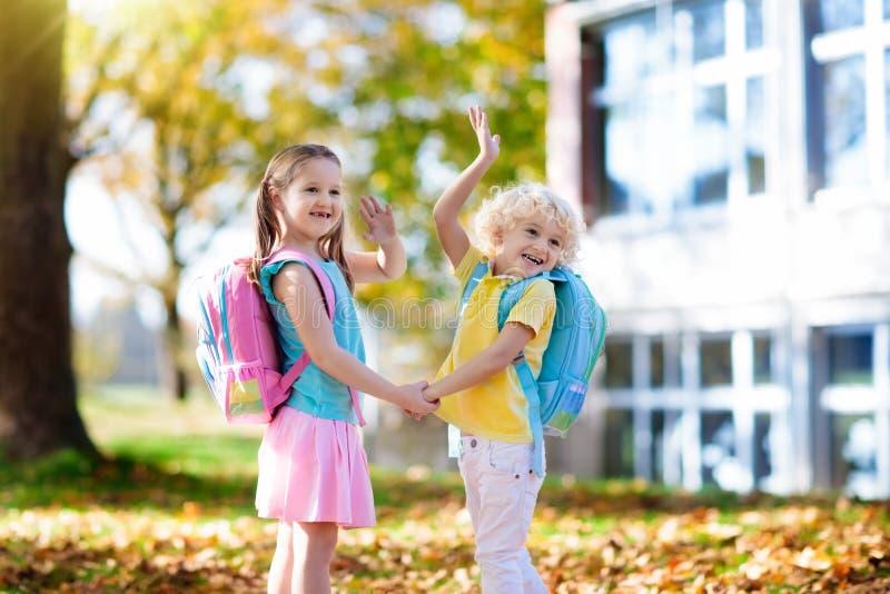 Los niños vuelven a la escuela Niño en la guardería foto de archivo