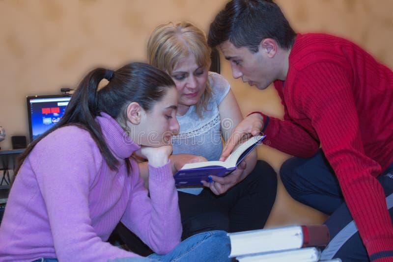 Los niños y la madre leyeron los libros Educación y desarrollo del lif fotos de archivo