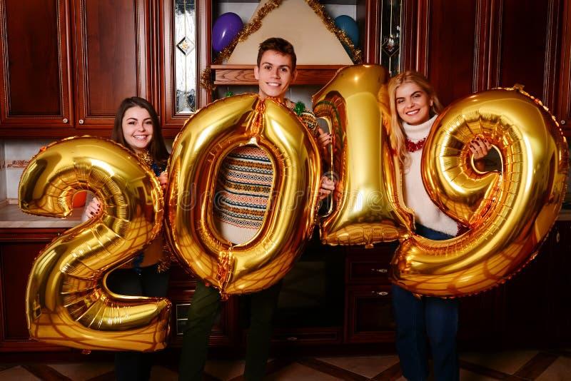 Los nuevo 2019 años están viniendo Grupo de llevar alegre de la gente joven foto de archivo libre de regalías