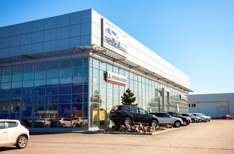 Los nuevos coches parquearon para arriba cerca del edificio de oficinas del distribuidor autorizado oficial M fotos de archivo libres de regalías