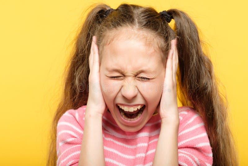 Los oídos de griterío asustados de la cubierta de la muchacha subrayaron fotos de archivo libres de regalías