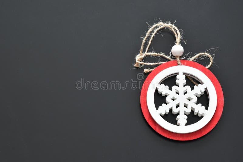 Los objetos para la nieve de las decoraciones de la Navidad colorean negro rojo y blanco del fondo fotografía de archivo