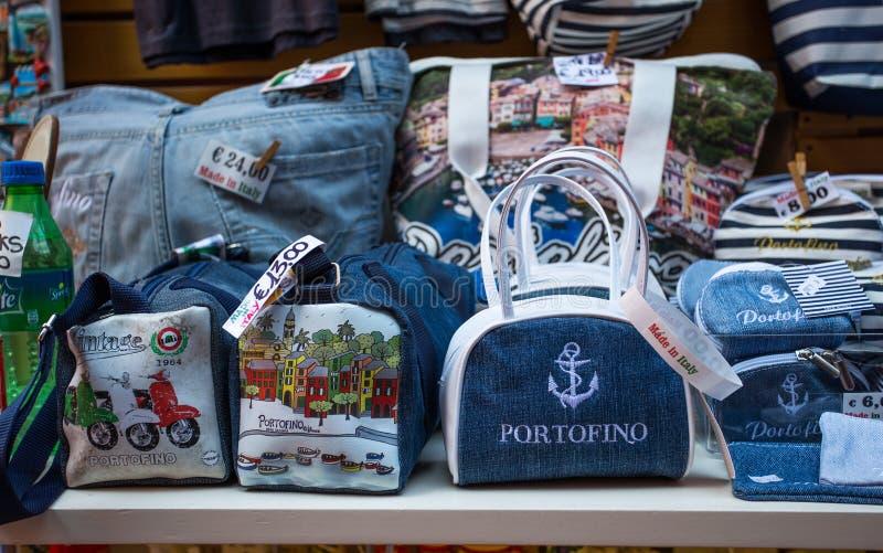 Los objetos, los recuerdos y los artilugios en Portofino hacen compras, provincia de Génova, costa ligur, Italia fotos de archivo