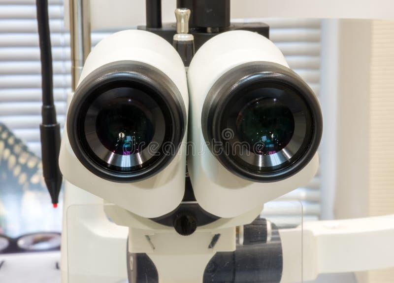 Los oculares del dispositivo oftalmológico rajaron el primer de la lámpara en la oficina del oftalmólogo Photos del procedimiento foto de archivo libre de regalías