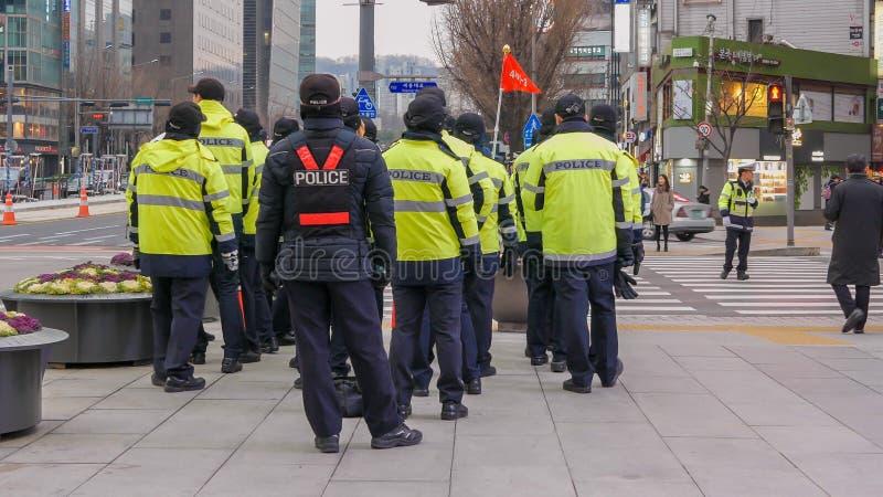 Los oficiales de policía acercan al cuadrado durante la demostración política, Seul, Corea del Sur del gwanghwamun, el 2 de dicie fotos de archivo libres de regalías
