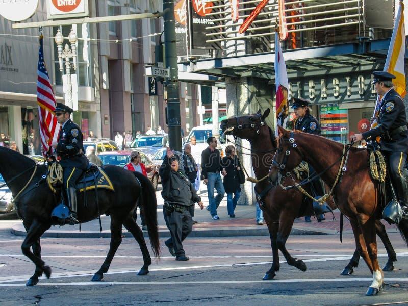 Los oficiales de policía montan a caballo en el desfile del Partido Verde fotos de archivo libres de regalías