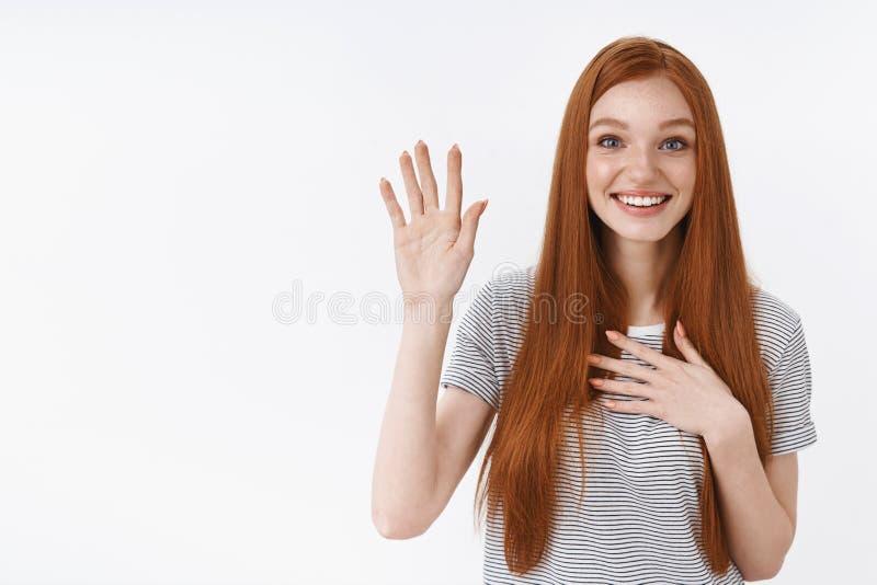 Los ojos azules de la chica joven preciosa linda atractiva del pelirrojo aumentan una promesa del corazón de palma del control de foto de archivo libre de regalías
