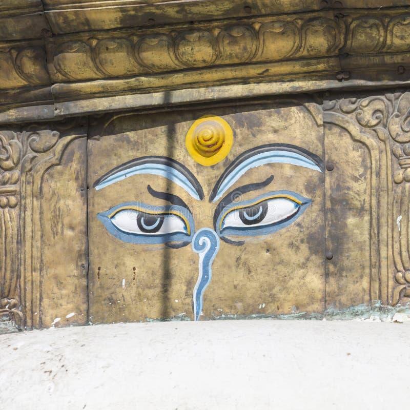 Los ojos de Buda se cierran para arriba con las banderas del rezo en el stupa de Bodhnath en Kath foto de archivo libre de regalías