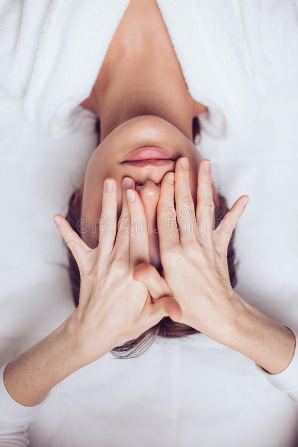 Los ojos del cliente de cierre del Cosmetologist imágenes de archivo libres de regalías