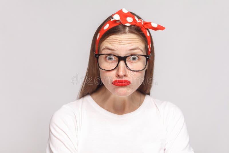 Los ojos grandes chocaron la cara de la mujer joven emocional hermosa en pizca foto de archivo libre de regalías