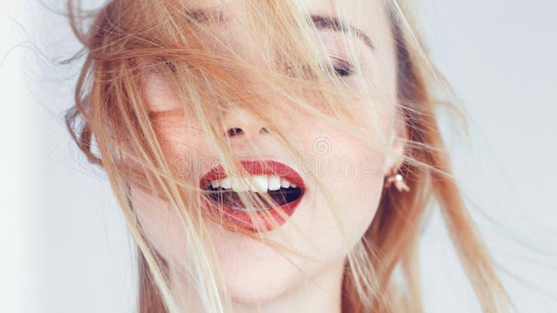 Los ojos rubios de la mujer cerraron la relajación abierta de la boca fotografía de archivo libre de regalías
