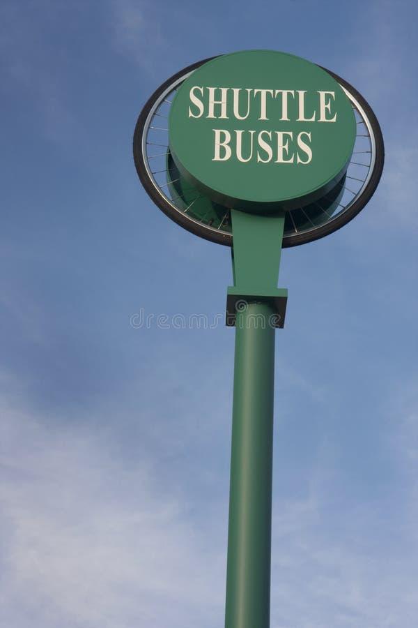 Los omnibuses de lanzadera firman contra el cielo azul imagen de archivo