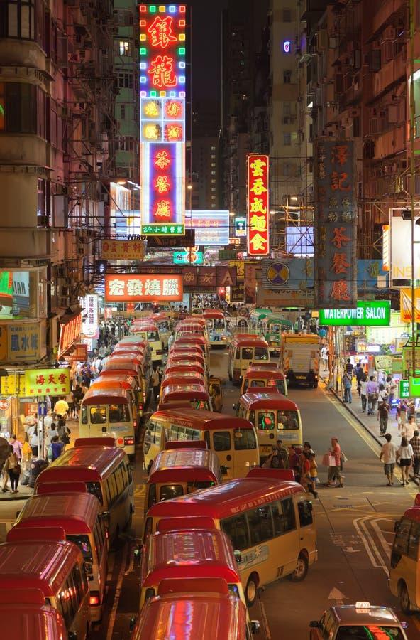 Los omnibuses trajeron a gente ver los fuegos artificiales. Hong-Kong foto de archivo