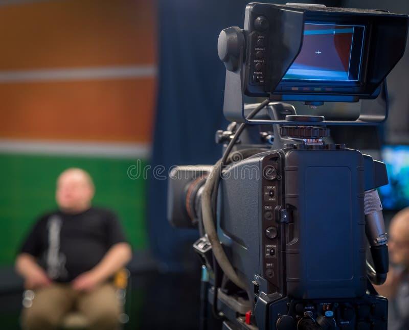 Los operadores de la TV instalan las cámaras de vídeo fotos de archivo libres de regalías