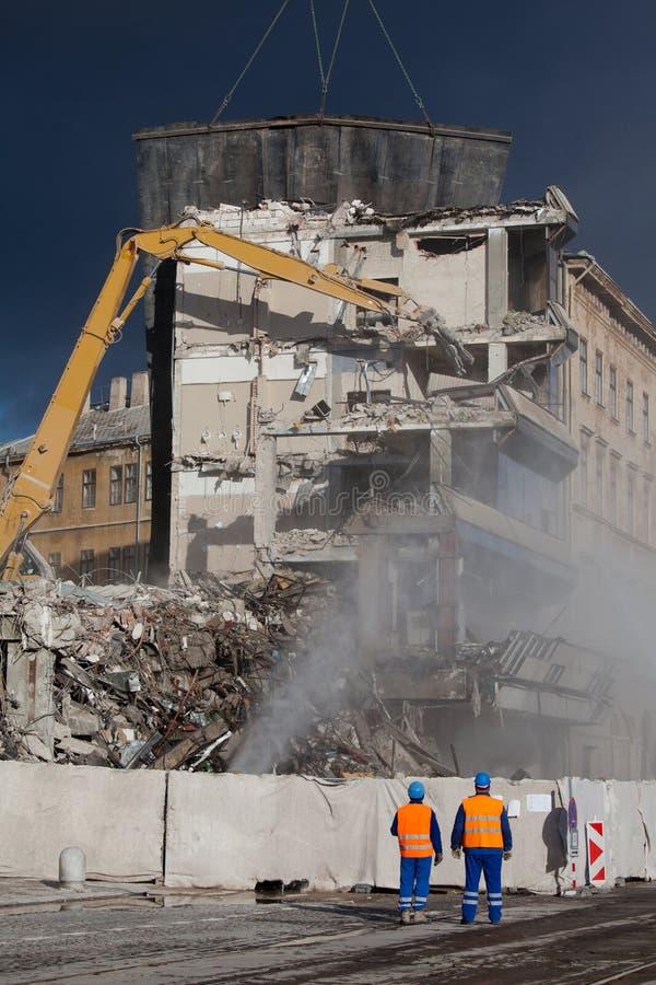 Los operadores supervisan la demolición imagen de archivo libre de regalías