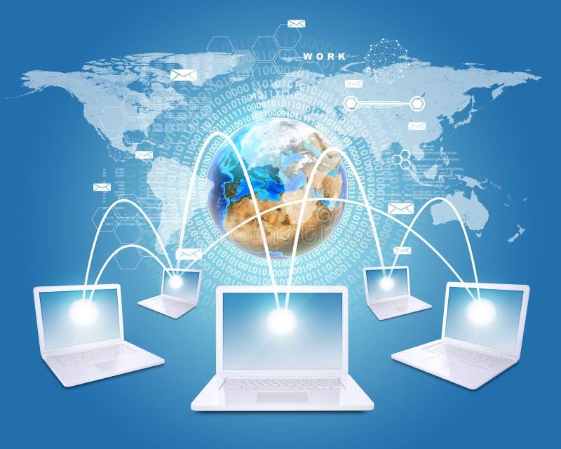 Los ordenadores portátiles blancos están conectados con la red Tierra, ilustración del vector
