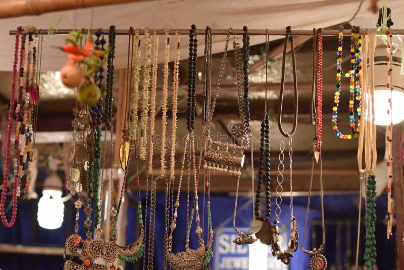 Los ornamentos tradicionales hacen compras en Delhi Haat, la India fotografía de archivo