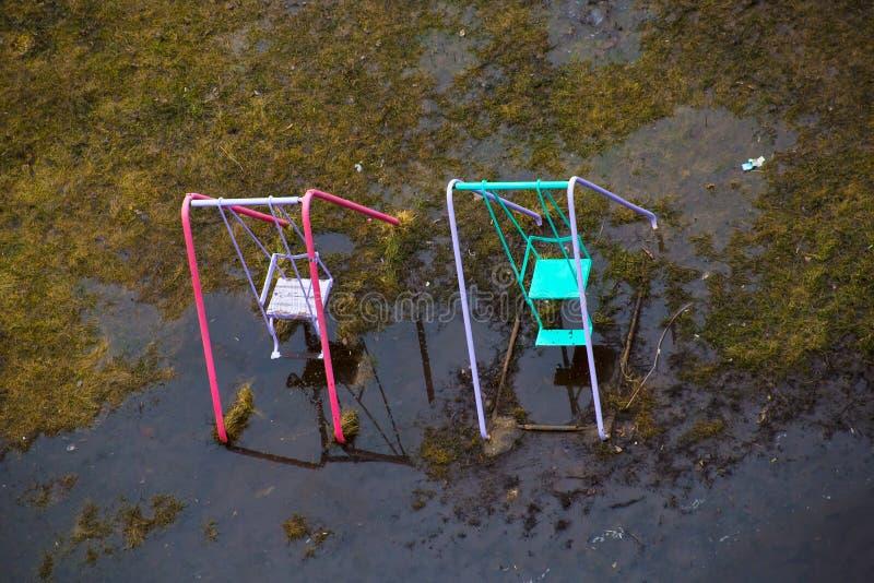 Los oscilaciones se colocan en un agua después de lluvia en la primavera fotografía de archivo libre de regalías
