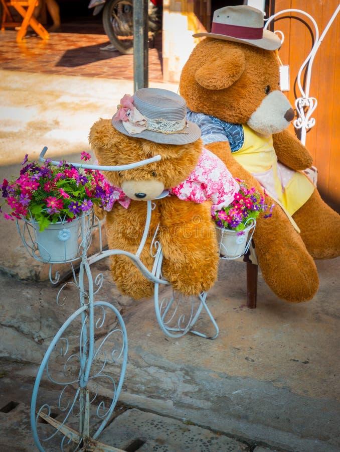 Los osos de peluche son ciclistas tomaron a su amigo de vacaciones fotos de archivo libres de regalías