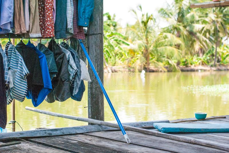 Los paños lavados están colgando en el alambre para secarse en el piso de madera de T fotos de archivo libres de regalías