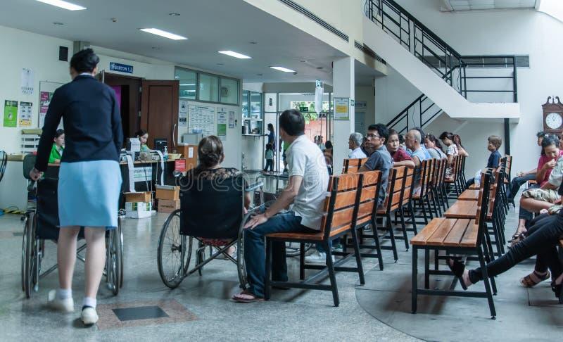 Los pacientes eran sala de espera de los asientos de recibir el tratamiento de un doctor, fondos en hospital en el hospital de Kl fotografía de archivo