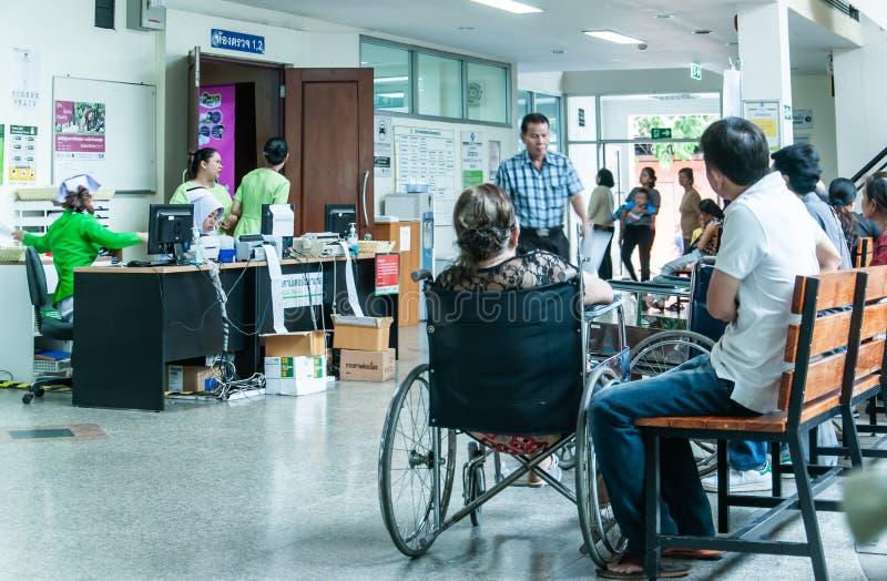 Los pacientes eran sala de espera de los asientos de recibir el tratamiento de un doctor, fondos en hospital en el hospital de Kl foto de archivo