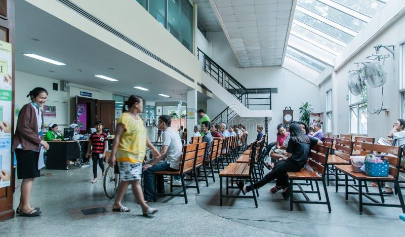 Los pacientes eran sala de espera de los asientos de recibir el tratamiento de un doctor, fondos en hospital en el hospital de Kl imagen de archivo