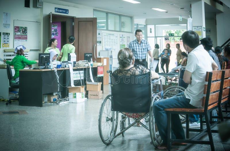 Los pacientes eran sala de espera de los asientos de recibir el tratamiento de un doctor, fondos en hospital en el hospital de Kl imagen de archivo libre de regalías