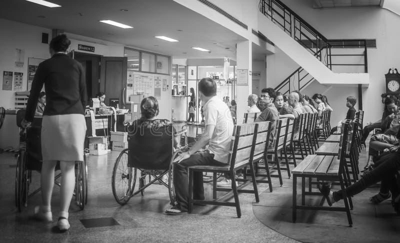 Los pacientes eran sala de espera de los asientos de recibir el tratamiento de un doctor, fondos en hospital en el hospital de Kl fotos de archivo