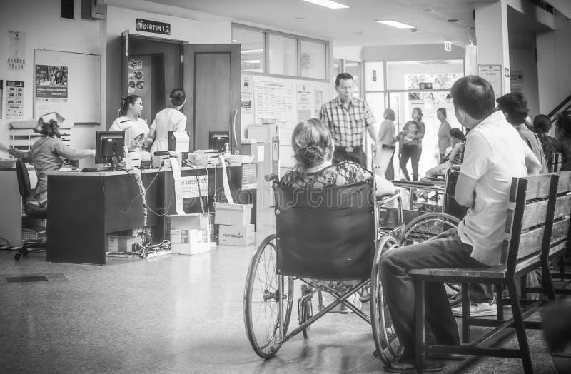 Los pacientes eran sala de espera de los asientos de recibir el tratamiento de un doctor, fondos en hospital en el hospital de Kl imágenes de archivo libres de regalías