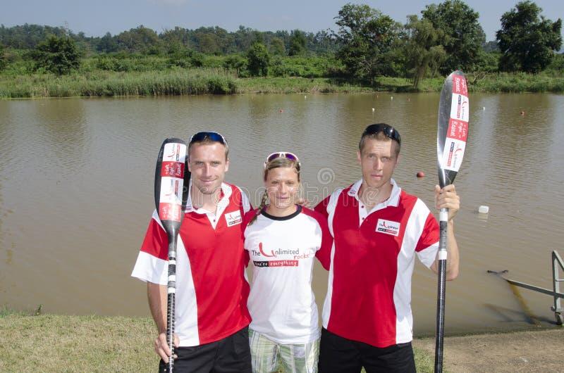 Los paddlers, Jakub Adán, Ana Adamova y Michael internacionales superiores Odvarko se preparan para el comienzo del maratho ilimit foto de archivo libre de regalías