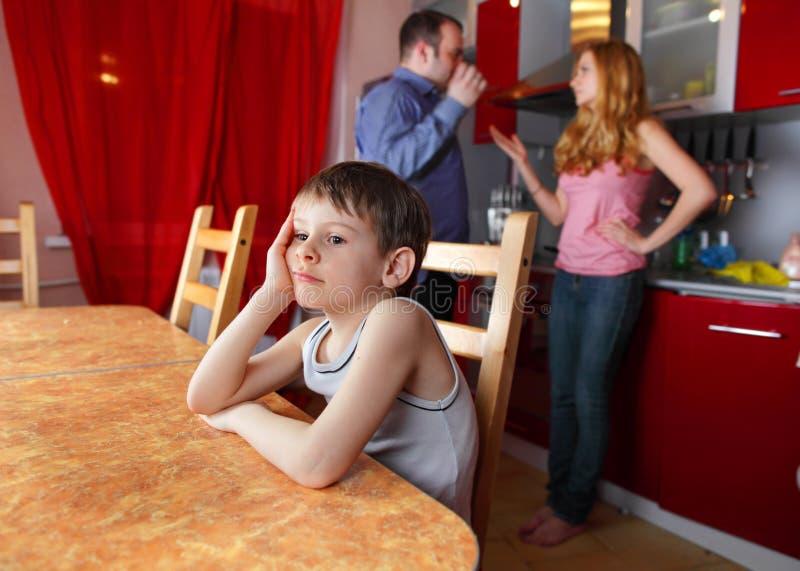 Los padres juran, y las preocupaciones del niño imagen de archivo libre de regalías