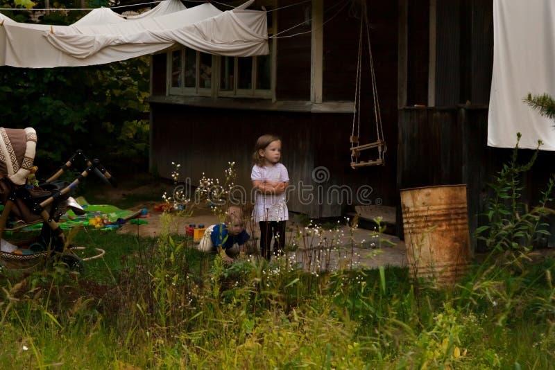 Los padres llevaron a los niños al pueblo para el fin de semana fotografía de archivo