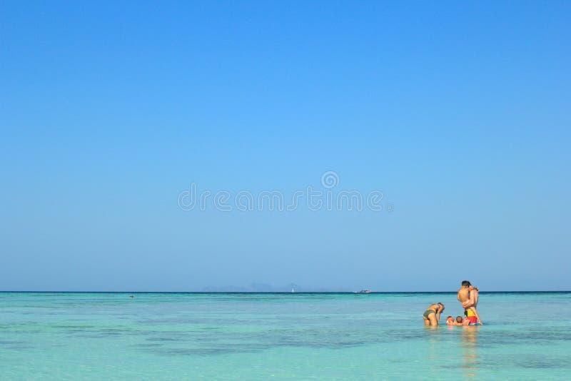 Los padres y los niños están nadando en el mar, isla de Lipe foto de archivo libre de regalías