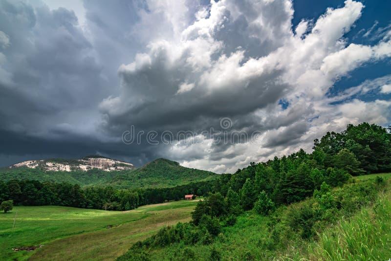 Los paisajes acercan al jocassee y a la monta?a Carolina del Sur del lago de la roca de la tabla fotos de archivo libres de regalías