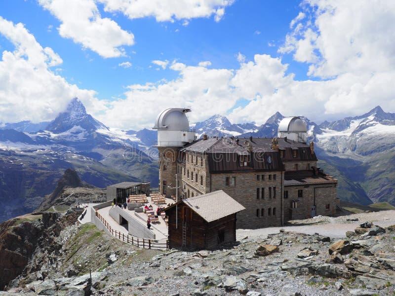 Los paisajes suizos de las montañas con Cervino montan en Suiza, el hotel de Kulm y el observatorio foto de archivo