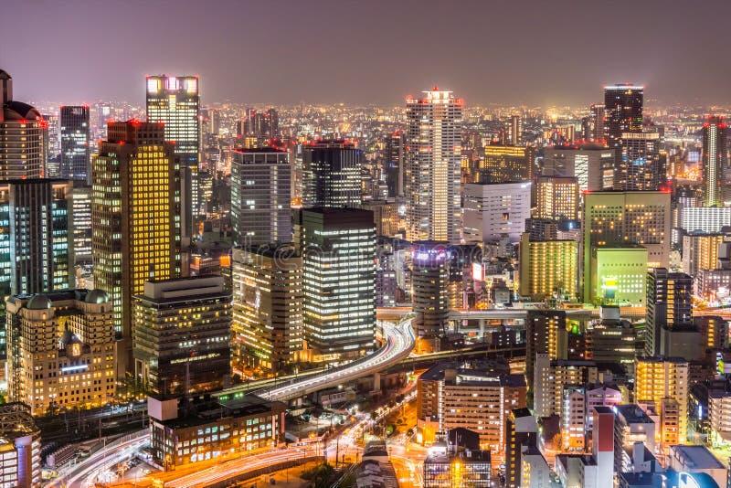 Los paisajes urbanos de Osaka con el semáforo largo se arrastran en la noche fotografía de archivo libre de regalías