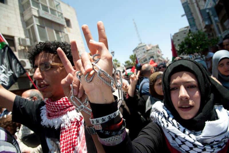 Los palestinos marchan para exigir la libertad para los presos foto de archivo