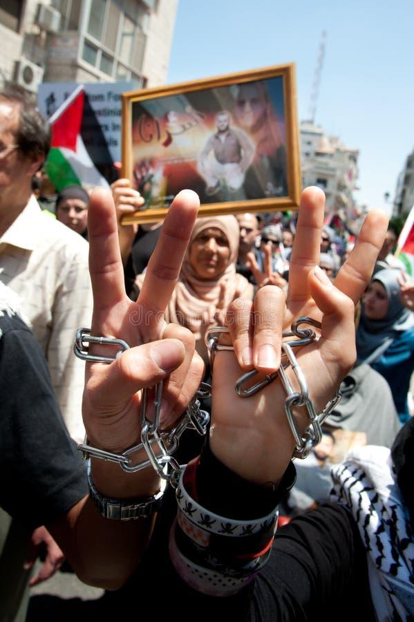 Los palestinos marchan para exigir la libertad para los presos foto de archivo libre de regalías