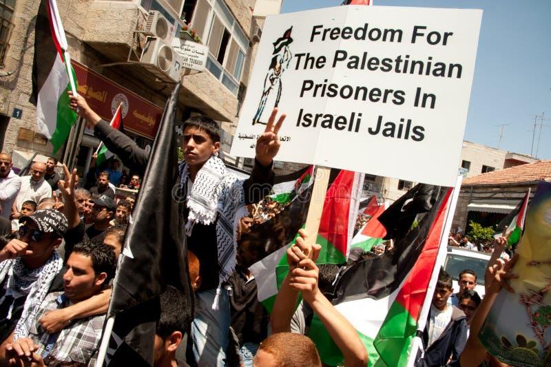 Los palestinos marchan para exigir la libertad para los presos fotos de archivo